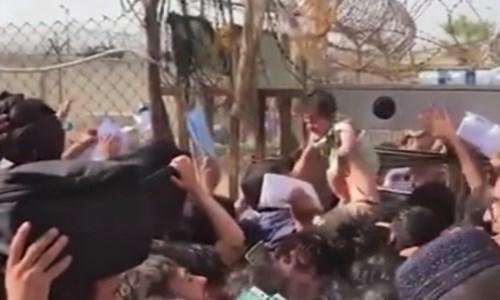 Fuga da KabulLa disperazione delle donne afghane, lanciano i figli ai soldati stranieri: «Portateli via» -Video