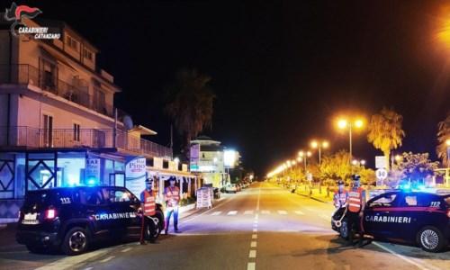 Emergenza pandemiaNorme anti-Covid, a Gizzeria ballano sotto il palco durante il concerto di Gué Pequeno: chiuso locale