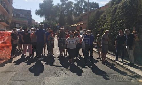 L'emergenza idricaReggio Calabria, cittadini bloccano la strada: «Senz'acqua da mesi»