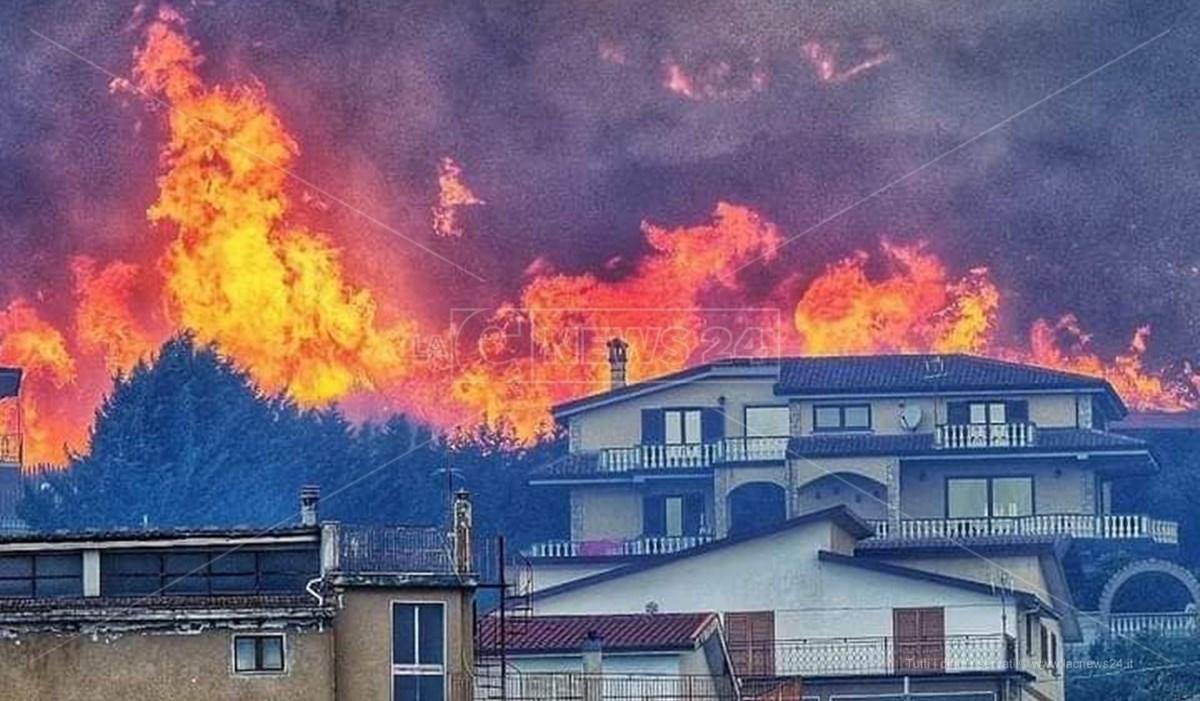 L'incendio divampato a San Basile nel Parco del Pollino
