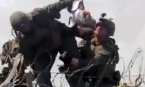 Afghanistan, restituito al papà il bimbo passato oltre il filo spinato all'aeroporto di Kabul