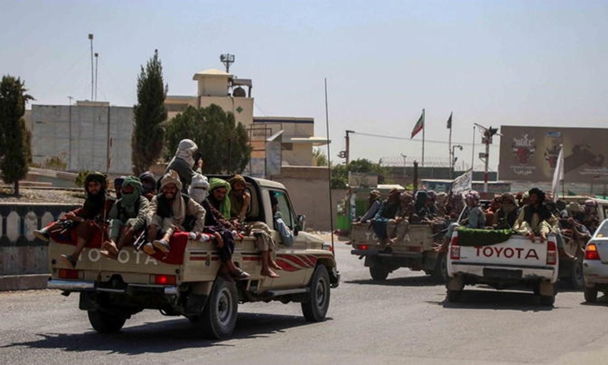 Pattuglie di talebani (foto Ansa)