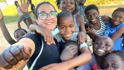"""Missioni specialiDalla Calabria allo Zambia per aiutare gli ultimi, la storia della volontaria """"casco bianco"""" Samantha"""
