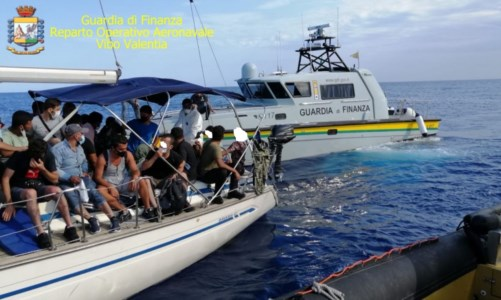 Operazione in mareMigranti, due imbarcazioni intercettate al largo della costa crotonese: fermati i presunti scafisti