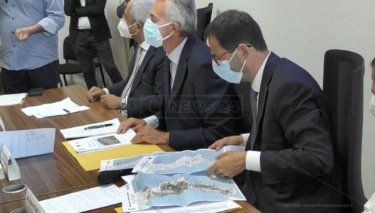L'annuncioIncendi, il ministro Patuanelli in Calabria: «Il Cdm delibererà lo stato di calamità»