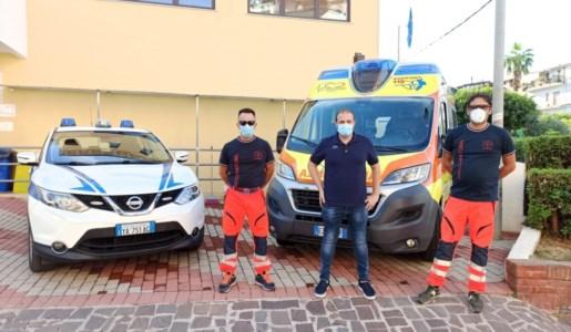 Nella foto, il consigliere comunale Mauro Limongi con alcuni sanitari del 118