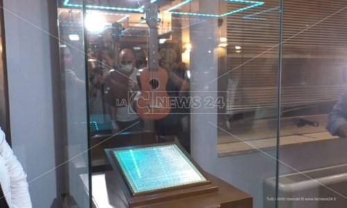 Ritorno a casaCrotone, l'ukulele di Rino Gaetano in mostra alla sede della Lega navale: «Siamo orgogliosi»