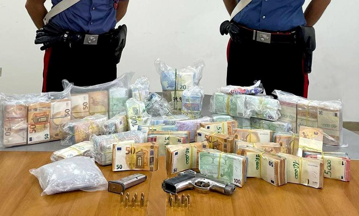 Il denaro, la pistola e la droga rinvenuta