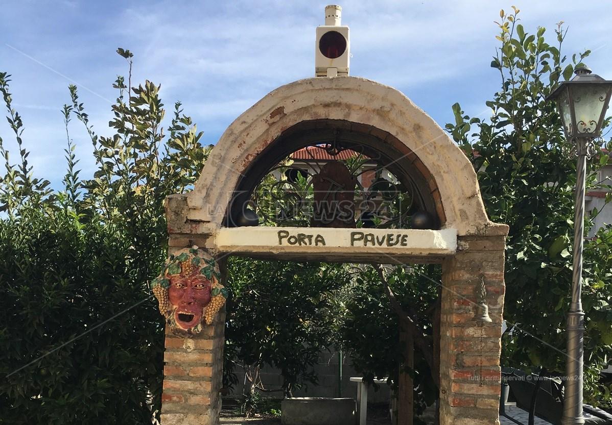 Porta Pavese nel cortile della Casa del Confino a Brancaleone (RC)