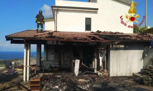 La Calabria bruciaZambrone, vasto incendio divora collina e raggiunge due villette