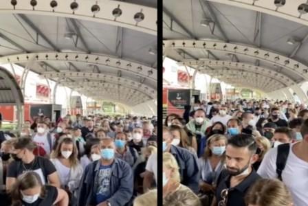 Tensione tra i passeggeriCaos e paura all'aeroporto di Lamezia: assembramenti all'ingresso e nessun controllo del green pass
