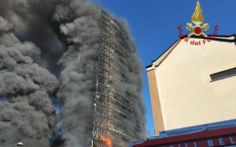 Paura in LombardiaIncendio a Milano, va a fuoco un palazzo di 15 piani con 70 famiglie