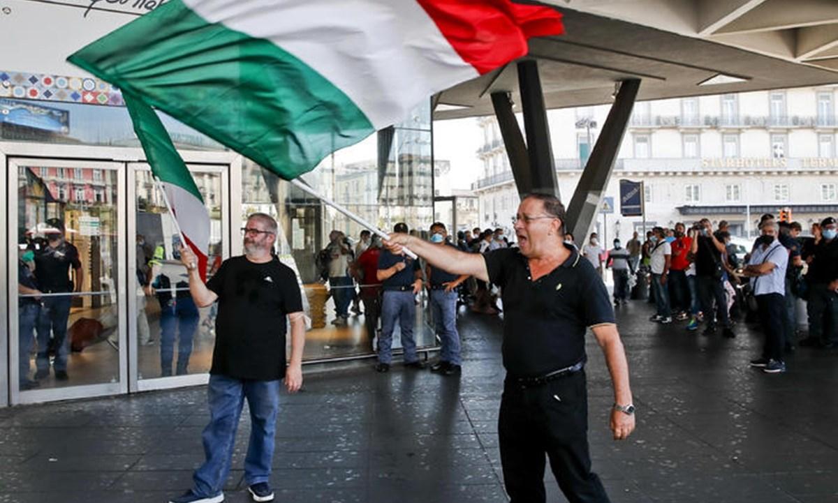 I due manifestanti di Napoli - foto ansa