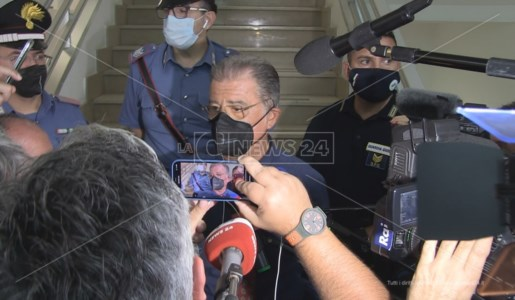 L'avvocato Fabio Anselmo assediato dai cronisti all'uscita dal tribunale di Castrovillari