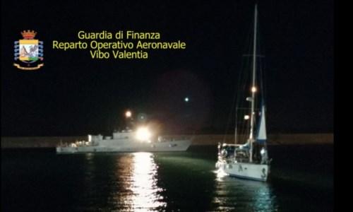 La trattaMigranti, intercettata barca al largo di Capo Rizzuto con a bordo 75 persone: fermati 3 sospetti trafficanti