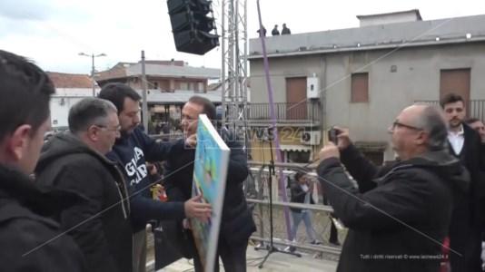 Bellofiore consegna un dono a Salvini