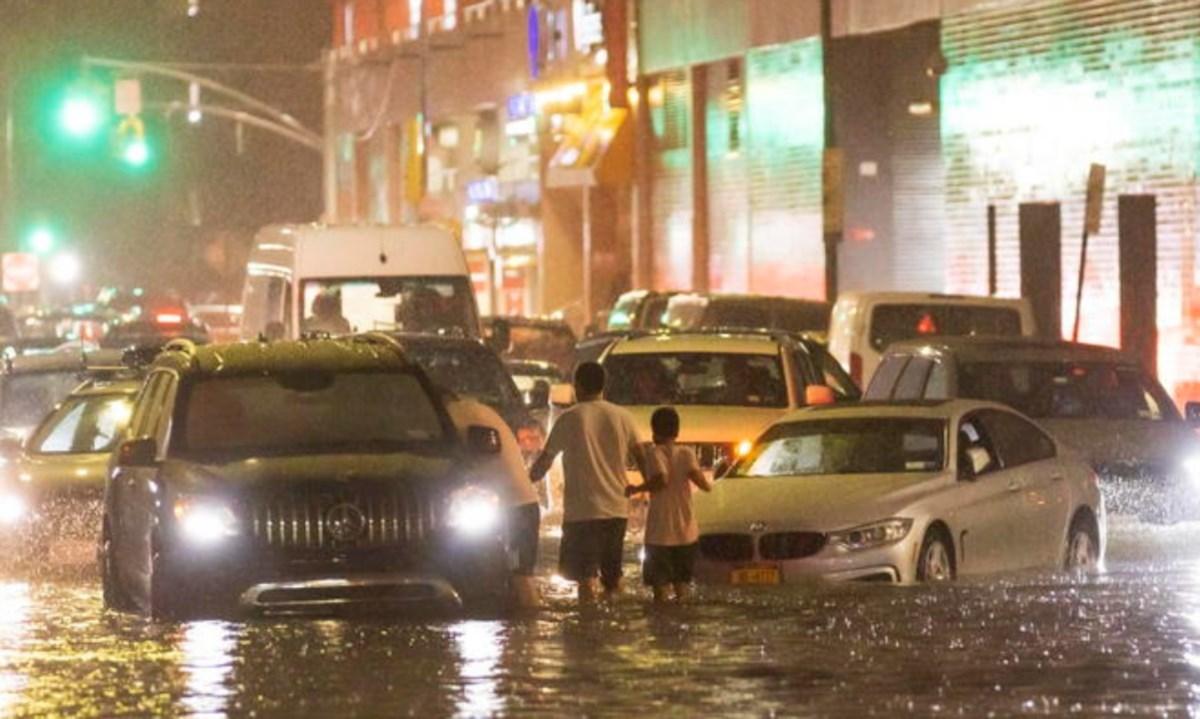 Strade allagate a New York, foto ansa
