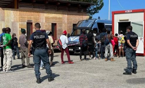 Covid, oltre 200 migranti vaccinati alla tendopoli di San Ferdinando