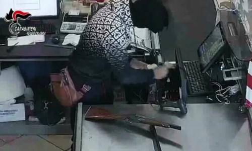 Rapina un negozio minacciando la cassiera con un fucile giocattolo: arrestato 25enne a Polistena