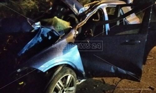 Sangue sulle strade calabresiDrammatico incidente a Isola Capo Rizzuto, due morti e un ferito grave