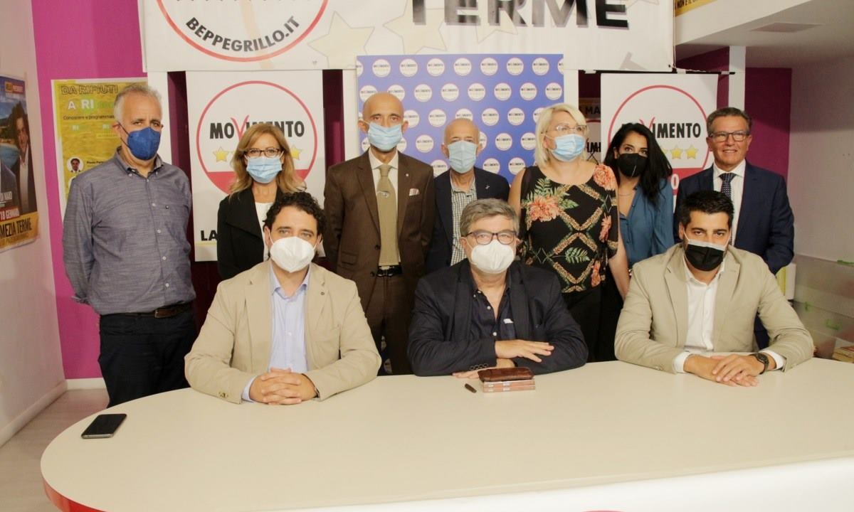 I candidati M5s della Circoscrizione Calabria centro con i deputati presenti all'incontro