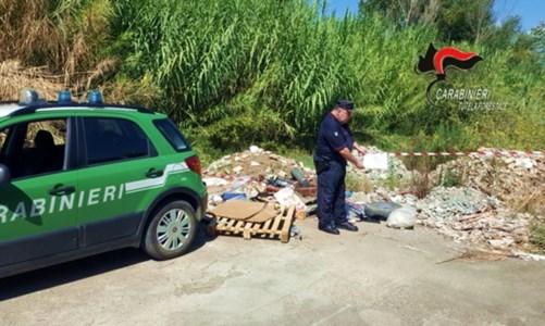 Ambiente CalabriaLamezia, scaricavano rifiuti pericolosi in area sottoposta a vincolo: tre denunce