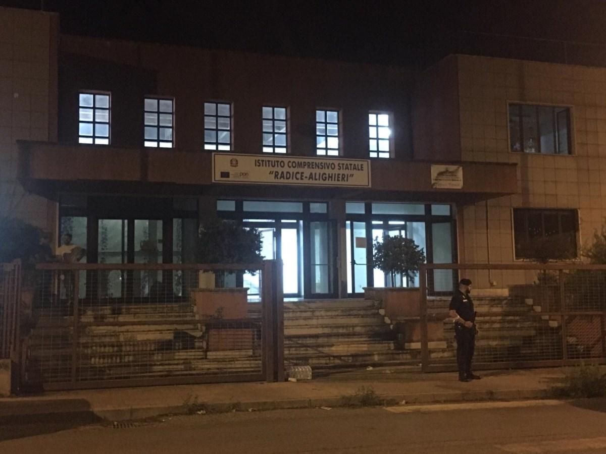 La scuola che ospita i migranti nel quartiere Arghillà