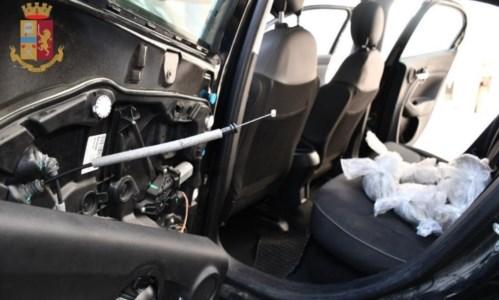 Contrasto alla drogaIn auto con un chilo di marijuana e documenti falsi, 43enne siciliano arrestato in Calabria