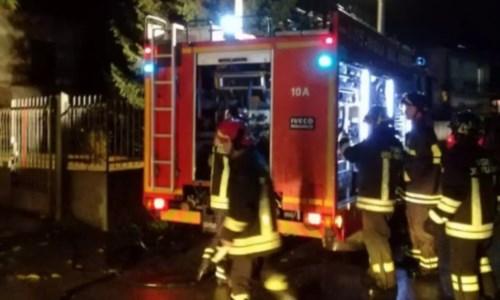 Notte di fuoco e paura nel cuore di Reggio Calabria, incendiate due auto
