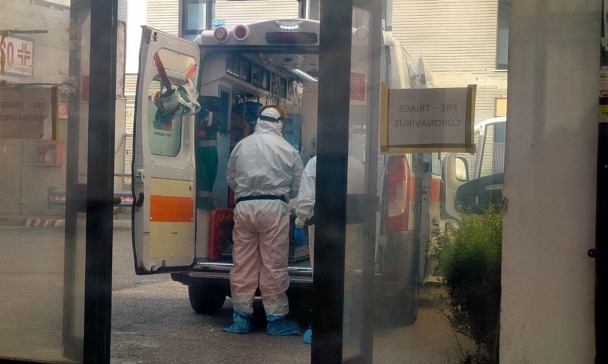 L'ambulanza con un paziente arriva alla zona triage dell'ospedale Pugliese