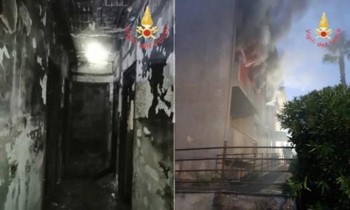 Tragedia sfiorataDistrutto da un incendio appartamento nel Catanzarese, evacuate sei famiglie