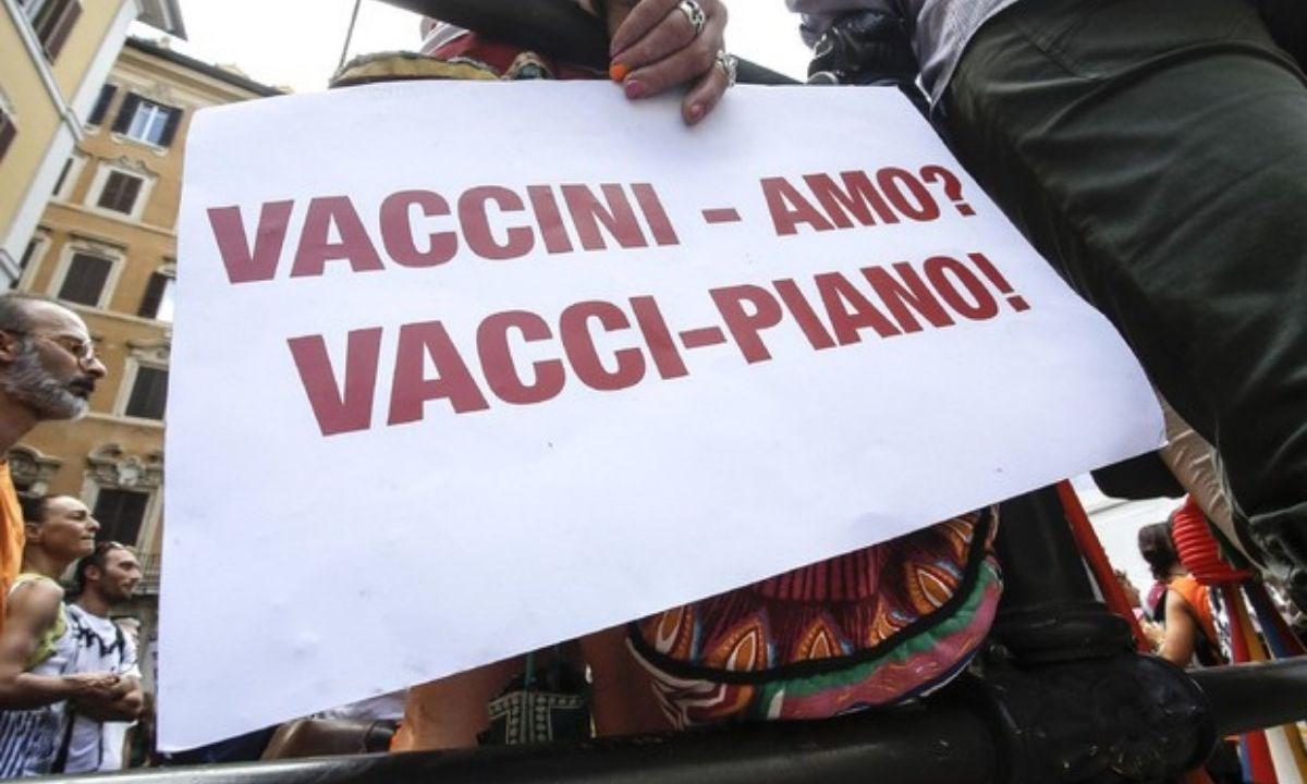 Cartello esposto in una manifestazione No vax (Foto Ansa)