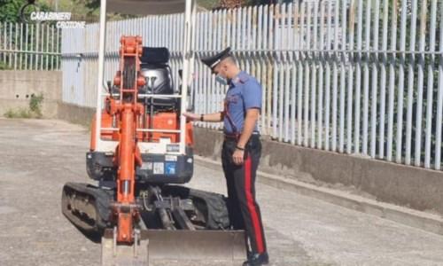 Mezzi agricoli rubati e cartucce di vario calibro in un'azienda nel Crotonese: denunciate 2 persone