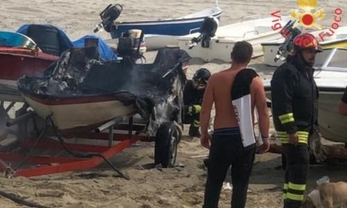 Sellia Marina, incendio in spiaggia: fiamme avvolgono una imbarcazione