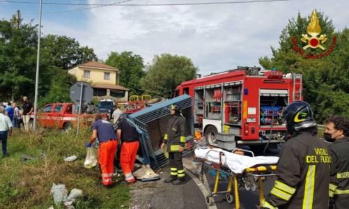 Incidente nel Vibonese, scontro auto-motoape sulla statale 18 a Ionadi: 2 feriti