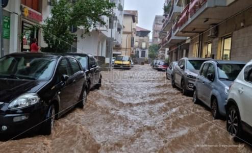 Allerta meteoMaltempo nel Catanzarese, strade allagate a Soverato: acqua alta fino a un metro