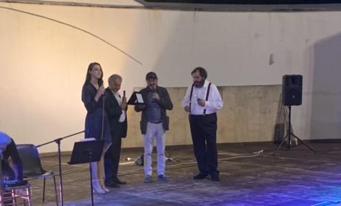"""TeatroApplausi ed emozione a Castrolibero per lo spettacolo """"Terroni"""". A Pino Aprile il premio Omnia"""