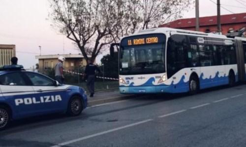 La folliaAccoltella cinque persone tra cui un bambino, raptus sull'autobus a Rimini