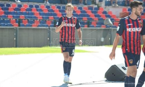 L'esultanza dell'attaccante del Cosenza Gabriele Gori dopo il gol