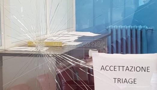 Sanita' CalabriaOspedale Locri, esausto per l'attesa al pronto soccorso sferra un pugno contro la vetrata del triage