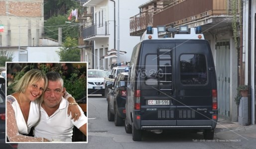 I carabinieri davanti l'abitazione dove si è consumato il delitto. Nel riquadro una foto della coppia