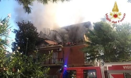 Roma, palazzina s'incendia dopo un'esplosione: tre persone ferite