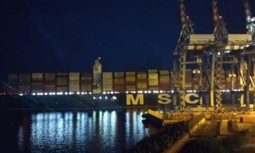 """L'arrivoI """"giganti del mare"""" a Gioia Tauro, la nave Gulsum entra nel porto anche di notte"""