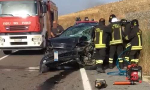 Sangue sulle strade calabresiCrotone, incidente stradale su statale 106: due feriti trasportati in ospedale