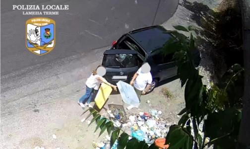 Lamezia, lotta contro l'abbandono di rifiuti: oltre 100 multe grazie alle fototrappole