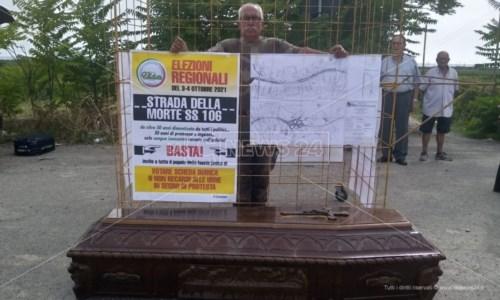L'appelloChiuso in gabbia con accanto una bara: la protesta per richiamare l'attenzione sulla pericolosità della Ss 106