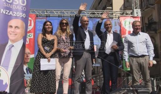 Enrico Letta e Franz Caruso sul palco di Cosenza