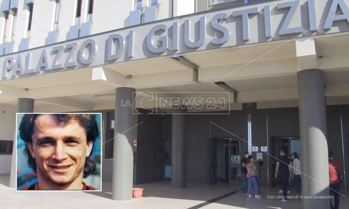 Il tribunale di Castrovillari e, nel riquadro, Denis Bergamini