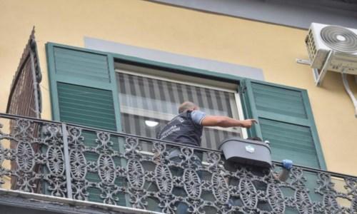 Risvolti raccapricciantiBimbo morto cadendo dal balcone a Napoli, il domestico confessa: «Ho lasciato cadere il piccolo»