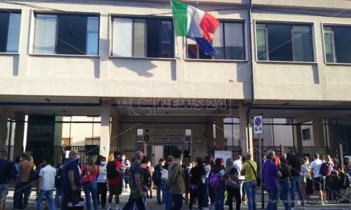Genitori e alunni davanti all'Istituto Alfieri questa mattina